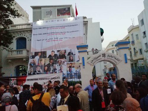 Delegados desfilam nas ruas de Tunes em memória de jornalistas assassinados